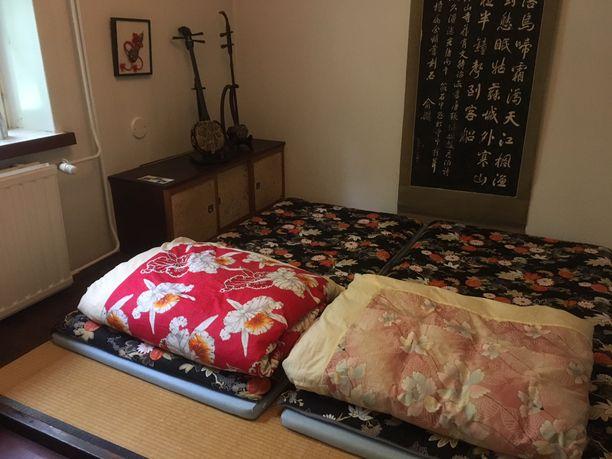 Futon-patjat odottavat nukkujaa.
