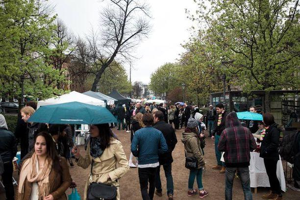 Sateinen sää ei karkottanut asiakkaita Esplanadin puistosta.