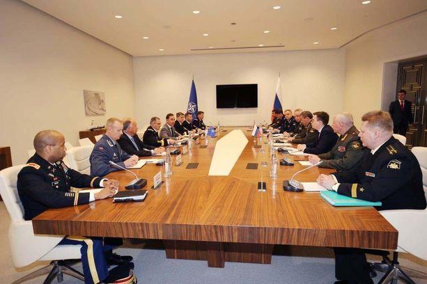 Naton julkaisema kuva Scaparrottin ja Gerasimovin tapaamisesta. Scaparrotti istuu vasemmalla neljäntenä kuvan etualalta lukien ja Gerasimov häntä vastapäätä.