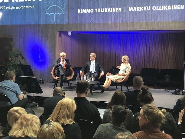 Markku Ollikainen (vas.) keskusteli debatissa ympäristöministeri Kimmo Tiilikaisen kanssa. Keskustelua veti toimittaja Reetta Räty.