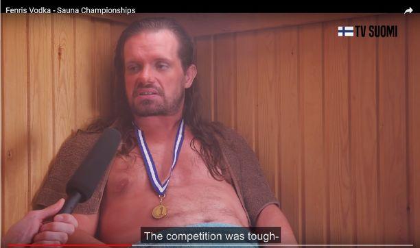 Kuvassa mainoksen suomalaismies, joka voitti saunomiskilpailun jo seitsemäntenä vuotena perätysten.