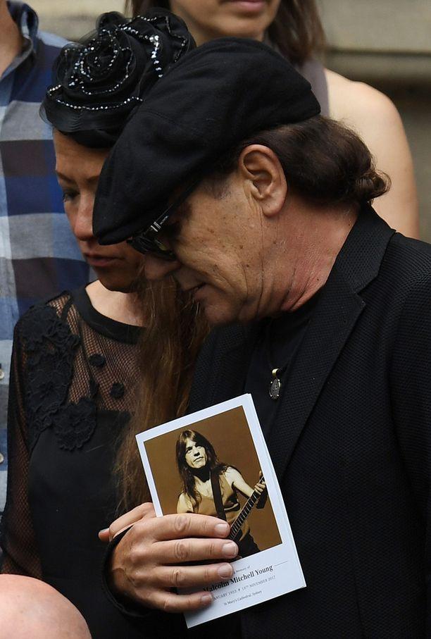 Brian Johnson liikuttui entisen bänditoverinsa hautajaisissa.