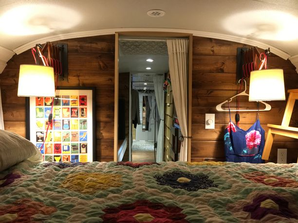 Makuuhuoneeseen sopii parisänky. Sohvista taas saa tehtyä petejä.