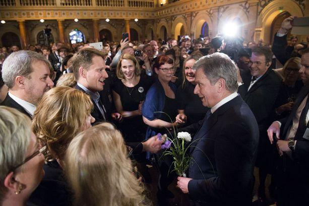 Niinistö tervehti Nuutti-poikaansa vaalivalvojaisiin saavuttuaan.
