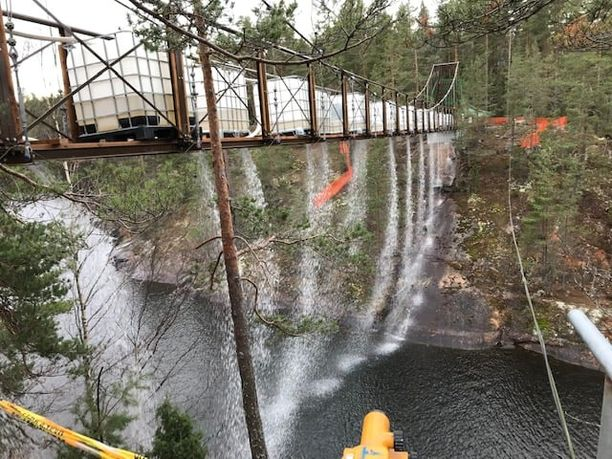 Repoveden Lapinsalmen uuden sillan kantavuutta testattiin isoilla vesisäiliöillä.