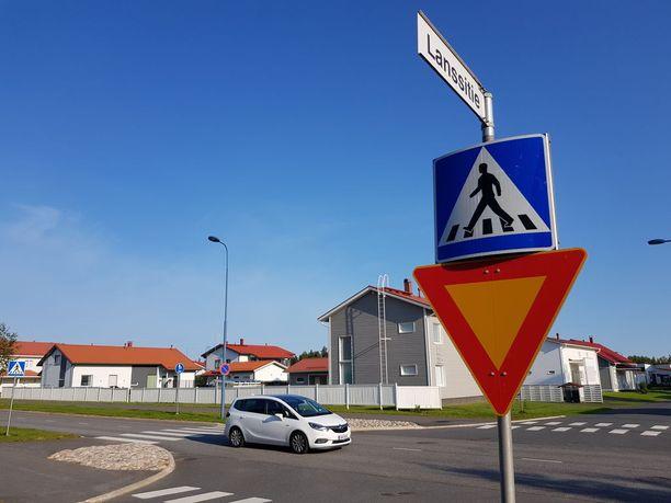 Metsokankaan turma sattui Neitsytkorventien ja Lanssitien risteyksessä keskiviikkoiltapäivänä. Kuvan auto ei liity tapaukseen.