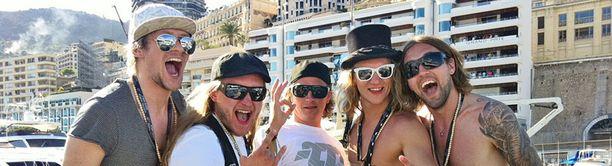 Kimi Räikkönen juhli Monacossa yhdessä Duudsonien kanssa.
