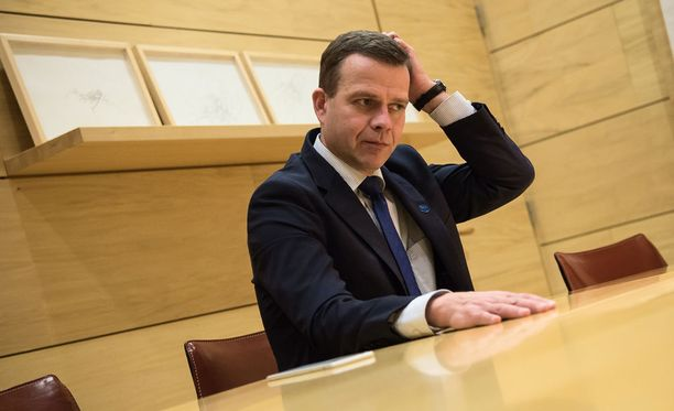 """Kokoomuksen puheenjohtaja Petteri Orpo sanoo, että hallitus on pystynyt löytämään """"järkevän"""" maahanmuuttolinjan vaikeassa tilanteessa."""