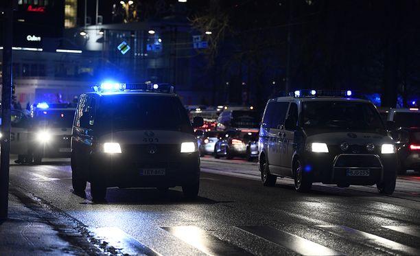 Helsingin poliisilaitoksen ylikomisarion Jere Roimun mukaan poliisilla on mahdollisuus ottaa kiinni henkilö, joka ei suostu kertomaan henkilöllisyyttään.
