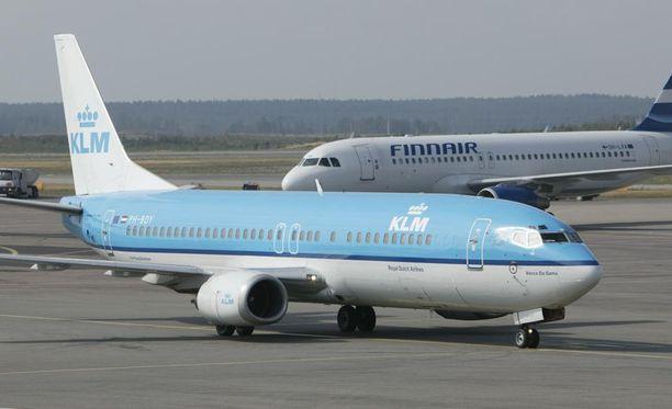 KLM:n lento Glasgow'sta Amsterdamiin peruttiin, kun lentokapteeni sai sydänkohtauksen kesken lähtövalmistelun. Kuvituskuva Helsinki-Vantaan lentoasemalta.