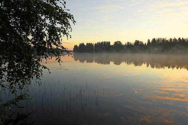 Yöt lämpenevät päiviä nopeammin. Kuvituskuvaa Suomen kesäyöstä Heinävedeltä.