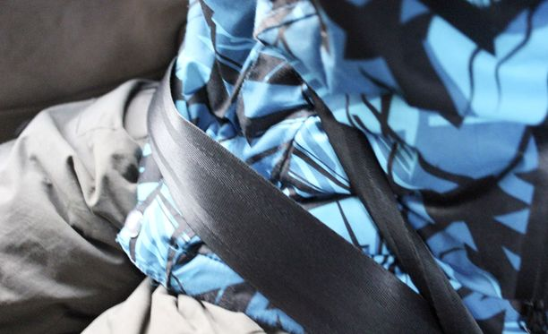 VARMISTA Lapsen itsensä laittaessa turvavyön se jää usein kierteelle ja liian löysälle.