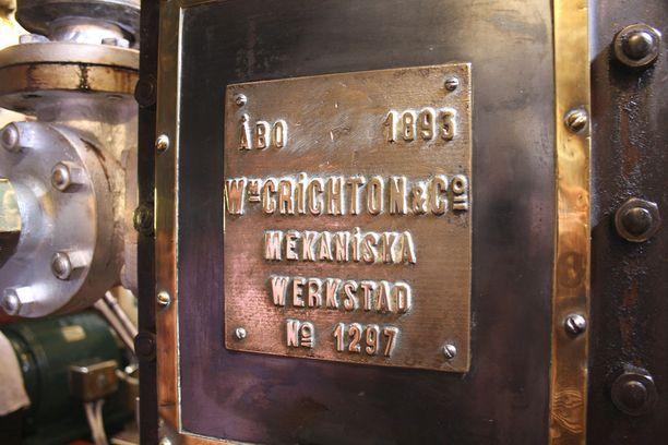 Laivan höyrykone on alkuperäinen, vuodelta 1893. Tästä on takuuaika juuri umpeutunut, Jukka Väisänen naurahtaa.