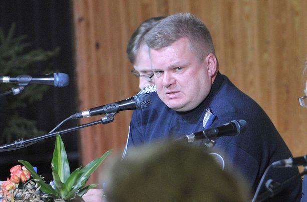 Sisäministeriön poliisitarkastaja Seppo Sivula totesi tiistaina Iltalehdelle, että tiedossa olevien tutkimusten mukaan ei ole näyttöä siitä, että aselakien tiukennukset olisivat vähentäneet ampumistapauksia.