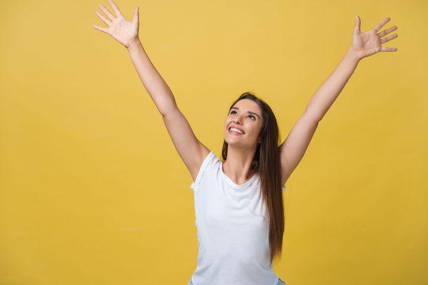 Nouse seisomaan ja nosta kädet ylös! Jos työsi on istumatyötä ruudun ääressä, tee tämä liike monta kertaa päivässä. Liike ei paljoa aikaa vaadi, mutta ehkäisee jumeja.