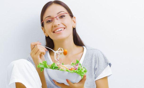 Liian myöhään syöminen lisää verensokerin määrää ja vaikeuttaa nukahtamista. Kuvituskuva.