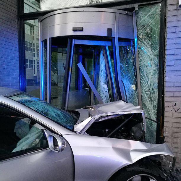 Sekä auto että pyöröovi saivat pahoja vaurioita.