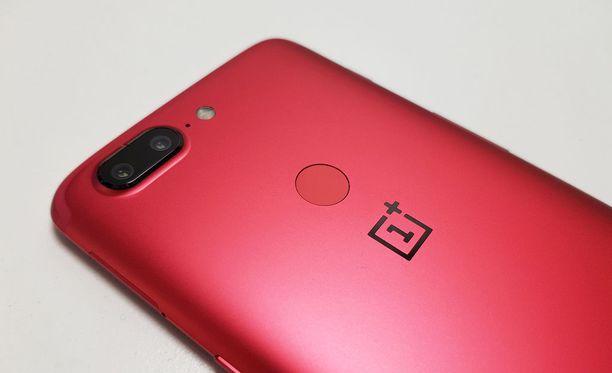 Takakuori on sormenjälkitunnistinta myöten punainen.