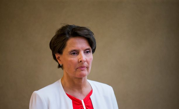 Liikenne- ja viestintäministeri Anne Berner (kesk) on keskellä Finavia-kohua.