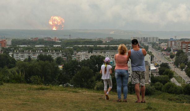 Räjähdys näkyi vajaan kymmenen kilometrin päähän, mistä paikalliset katsoivat räjähdystä.
