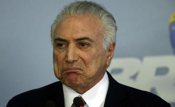 Auto syöksyi Brasilian presidentin Michel Temerin virka-asunnon portin läpi.