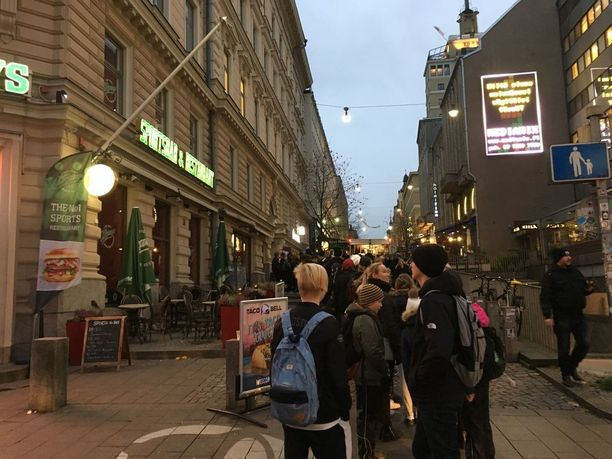 Jono ravintolaan alkaa lähellä kulkevalta Mannerheimintieltä.