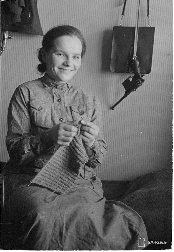 Lotta neulomassa Savukoskella 10.2.1940.