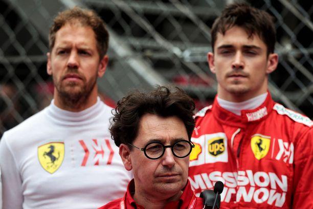 Tallipäällikkö Mattia Binotto (edessä) suunnittelee jo ensi kauden kuvioita Sebastian Vettelin ja Charles Leclercin kanssa.