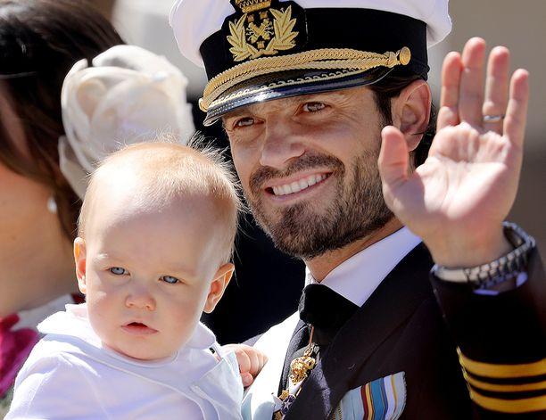 Prinssi Carl Philip sylissään pikkuprinssi Gabriel.