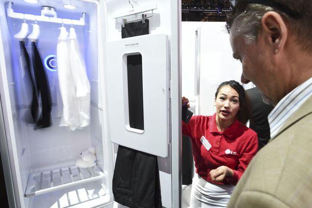 Kodin älylaitteita nähtäneen paljon. Kuvassa viime vuonna LG:n esittelemä vaatteiden silitys- ja kuivauskaappi.