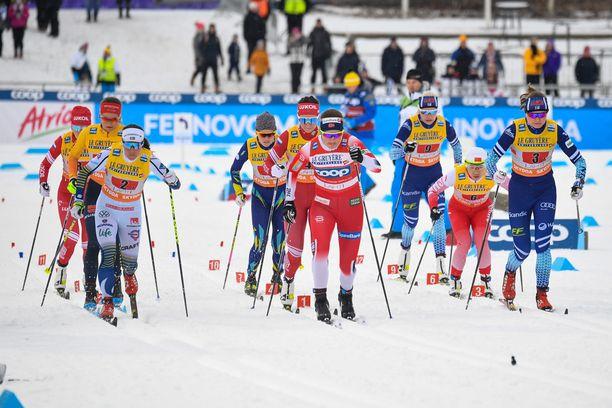 Tässä kuvassa ovat kaikki yhdeksän naisten maailmancupin hiihtoviestiin Lahdessa osallistunutta joukkuetta.