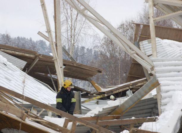 Neljä ihmistä jäi ratsastusmaneesin romahtaneen katon alle. Yksi tyttö kuoli.