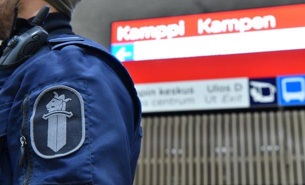 Pommiuhka toi poliiseja partioimaan Kampin metroasemalle maanantai-iltana.