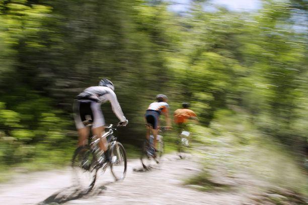 Sisäliikuntaan verrattuna ulkona liikkumisella ja treenaamisella on useita merkittäviä etuja.