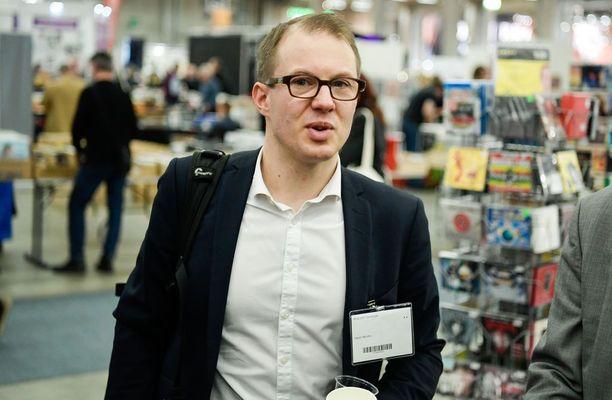 Mäntyniemen herra -kirjan toinen kirjoittaja Lauri Nurmi ihmettelee, että Turun Kirjamessujen Niinistö-keskustelusta rajattiin ulos ne kirjailijat ja kustantaja, jotka ovat olleet synnyttämässä syksyn isointa poliittista keskustelua.