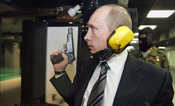 Vladimir Putin tutustumassa GRU:n päämajaan. Hän testasi myös ampumataitojaan.