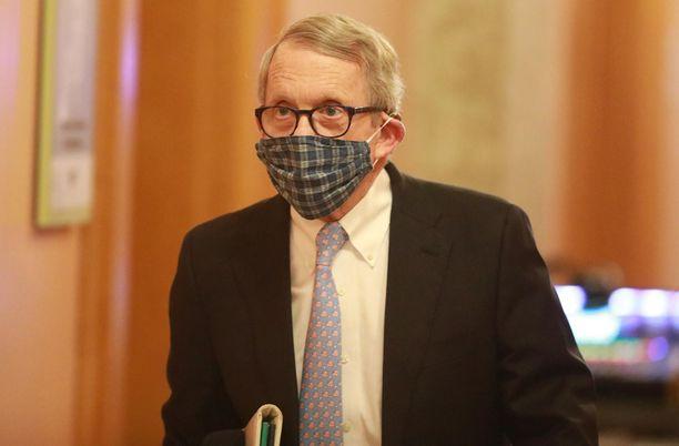 Kuvernööri Mike DeWine kuvattiin huhtikuussa pitäessään tiedotustilaisuutta koronavirukseen liittyen. Hän oli ensimmäisten republikaanikuvernöörien joukossa, jotka suosittelivat suojanaamion käyttöä.
