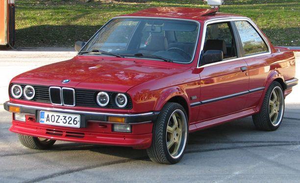 Juuson auto on vuoden 1987 BMW 325ix. Juuso harrastaa isänsä kanssa autojen tuontia Saksasta, josta tämäkin kaunotar on peräisin. - Tällä autolla ei ajeta talvella ikinä! Talvet auto seisoo lämpöisessä tallissa. Pientä ulkonäön muutosta olen myös autoon kerinnyt tehdä huoltojen ohessa. Vanteet löytyivät kaveriltani. Vanteiden huulet kiillotettiin ja loppuosa maalattiin. Ajelen autolla aina kesäviikonloppuisin Tampereella, hieno fiilis laittaa ikkunat ja kattoluukku auki ja nauttia joko moottorin murinasta tai sitten hyvästä musiikista. Autoon olen asentanut uudet kaiuttimet, soittimen ja vahvistimen erillissarjalle. Tarkoituksena olisi ottaa auto projektiksi, huoltaa tekniikka kokonaan ja hoitaa maalipinnasta pikkuvirheet pois.