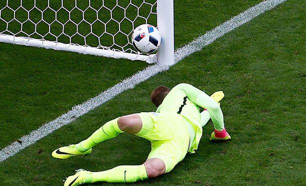 Englannin maalivahti Joe Hart toteaa pallon livahtaneen verkkoon.