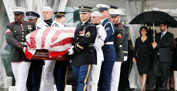 Edward Kennedyn arkku tuotiin siunauspaikalle perheenjäsenten saattelemana.