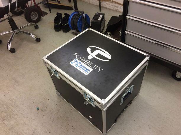 Varastettu kopteri oli pakattu mustaan, kulmiltaan alumiinilistoilla vahvistettuun laatikkoon.