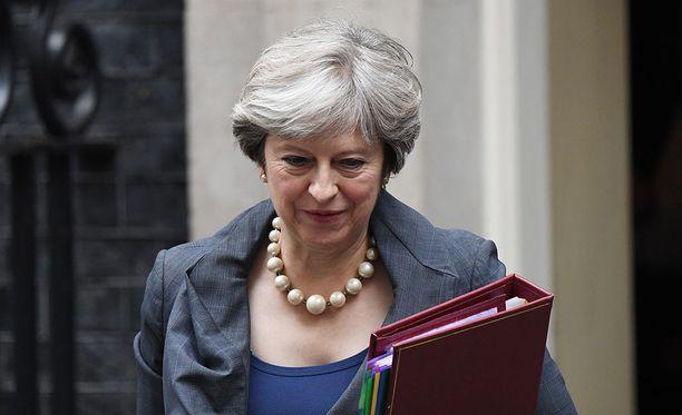 Britannian pääministeri Theresa May matkustaa Brysseliin yllättäen jo tänään maanantaina tavatakseen Euroopan komission puheenjohtajan Jean-Claude Junckerin.
