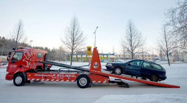 Kun pakkaset iskevät, niin heikkokuntoinen akku jättää auton tien päälle.