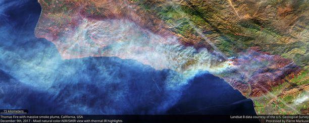 Tuulet painoivat savupilveä kohti länttä lauantaina otetussa satelliittikuvassa.