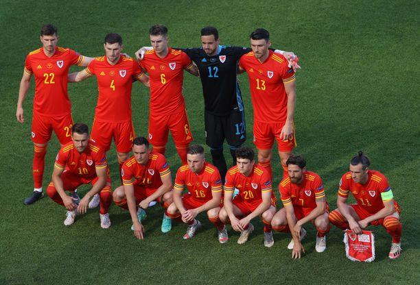 Walesin joukkue asettui ryhmäkuvaan omituisesti.