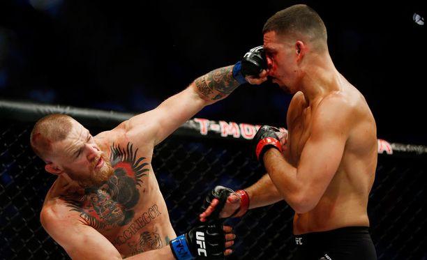 Conor McGregor (vasemmalla) voitti Nate Diazin Las Vegasissa käydyssä ottelussa.