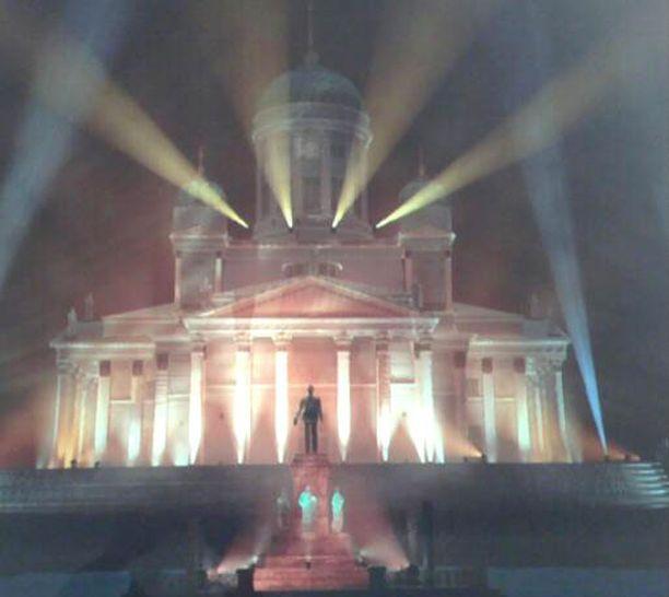 Valoteoksen dramaattiset sävyt pyrkivät koskettamaan muotojen, valojen ja varjojen vaihtelulla.