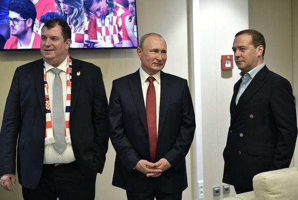 Venäjän eläkeuudistus koettelee presidentti Putinin ja pääministeri Medvedevin (oik.) suosiota.