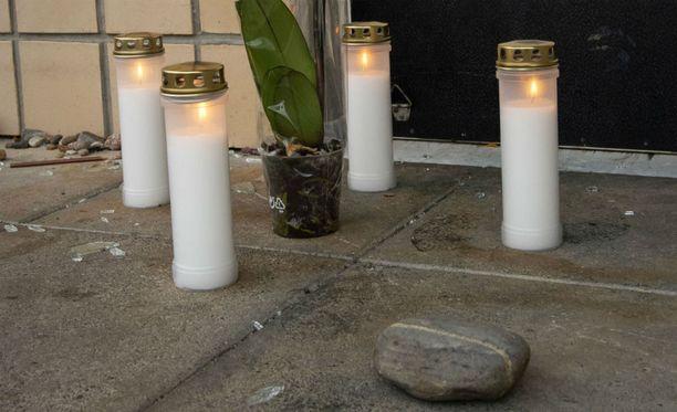 Uhrin kodin luo tuotiin kynttilöitä surman jälkeen.
