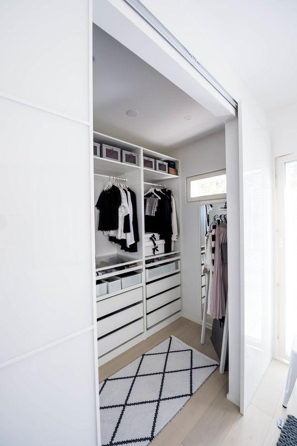 Korhonen halusi vaatehuoneeseensa liukuovet, jotka voi tarvittaessa sulkea. Useimmiten ovet ovat kuitenkin auki ja huone moitteettomassa järjestyksessä.